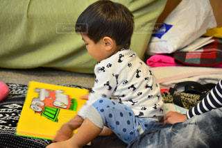 ベッドの上に座っている小さな男の子 - No.1181660