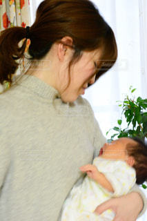 女性,子ども,窓,人物,人,赤ちゃん,こども,母,男の子,ママ,お母さん,草木