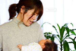 女性,子ども,屋内,窓,人物,人,赤ちゃん,こども,抱っこ,ポーズ,母,男の子,ママ,お母さん,草木