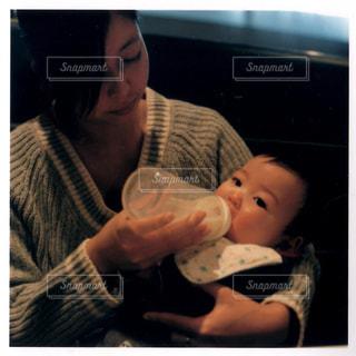 赤ん坊を持っている人の写真・画像素材[1181690]