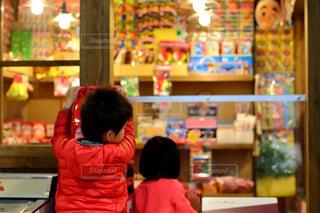 店の前に立っている少女の写真・画像素材[1181697]