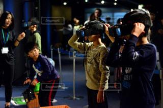 観衆の前で立っている人のグループの写真・画像素材[1181700]
