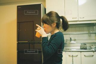 キッチンに立っている人の写真・画像素材[1228974]
