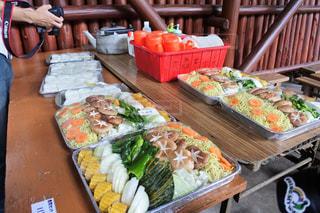 テーブルの上に食べ物の写真・画像素材[1230763]