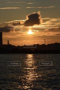 水の体に沈む夕日の写真・画像素材[1230800]