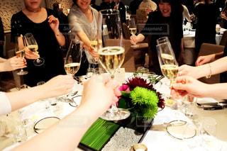 ワイングラスとテーブルに座っている人のグループの写真・画像素材[1230802]