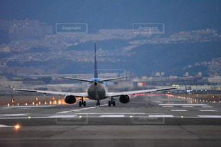 大型の旅客機が滑走路の上に座っています。 - No.1230806