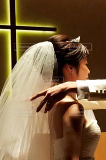 カメラにポーズを鏡の前で髪にブラシをかける人の写真・画像素材[1231353]