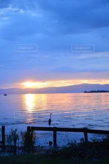 水の体に沈む夕日の写真・画像素材[1232088]