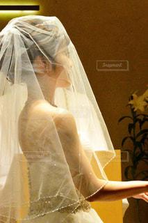 白いドレスを着た女性の写真・画像素材[1232113]