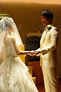 ウェディング ドレスに立っている男の写真・画像素材[1232118]