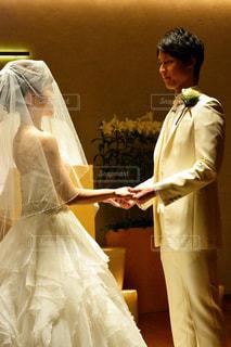 ウェディング ドレスに立っている人の写真・画像素材[1232122]