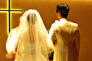 男性と女性が鏡の前に立っての写真・画像素材[1232130]