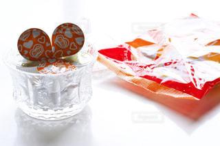 テーブルの上に座っているケーキの写真・画像素材[1259839]