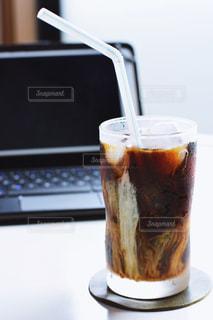テーブルの上のコーヒー カップの写真・画像素材[1260540]