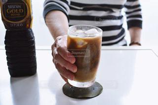 テーブルの上のコーヒー カップの写真・画像素材[1260552]