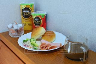 食品やコーヒー テーブルの上のカップのプレートの写真・画像素材[1260565]