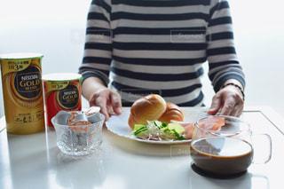 食品のプレートをテーブルに着席した人の写真・画像素材[1260569]
