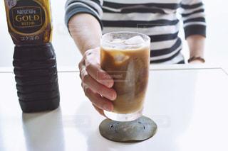 一杯のコーヒーを保持している人の写真・画像素材[1260588]