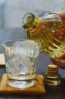 テーブルの上のガラスのコップの写真・画像素材[1267294]