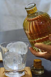 テーブルの上のビールのガラスを保持している人の写真・画像素材[1267297]