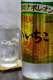 テーブルの上のビールの缶の写真・画像素材[1267301]