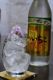 テーブルの上の水のボトルの写真・画像素材[1267315]