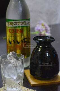 テーブルの上にワインのボトルの写真・画像素材[1267327]