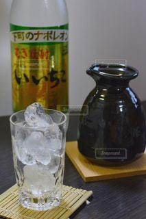 ボトルとテーブルの上のビールのグラスの写真・画像素材[1267328]
