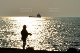 男性,風景,海,空,夕日,屋外,太陽,舟,夕暮れ,波,水面,海岸,釣り人,オレンジ,釣り,日中,三国サンセットビーチ