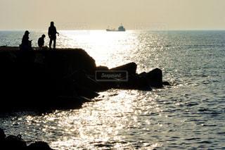 男性,家族,風景,海,空,夕日,屋外,太陽,舟,夕暮れ,波,水面,海岸,釣り人,オレンジ,釣り,日中,三国サンセットビーチ