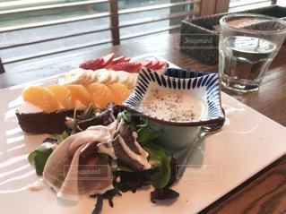 白プレート、サンドイッチとサラダをトッピングの写真・画像素材[1280566]