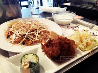 テーブルの上に食べ物のプレートの写真・画像素材[1280569]