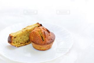 皿の上の食べ物のかけらの写真・画像素材[1280573]