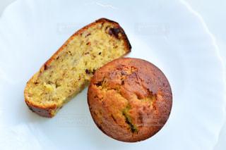 皿の上のパンの部分の写真・画像素材[1280576]