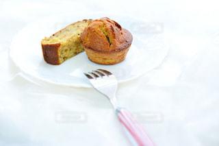 皿の上のケーキの一部の写真・画像素材[1280581]