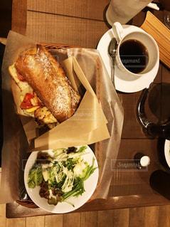 木製のテーブルの上に座ってサンドイッチの写真・画像素材[1280586]