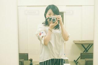 カメラにポーズを鏡の前で歯を磨く人の写真・画像素材[1282017]
