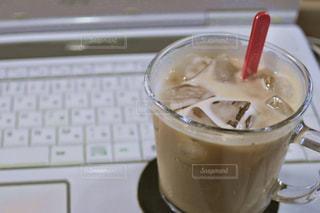 テーブルの上のコーヒー カップの写真・画像素材[1284758]