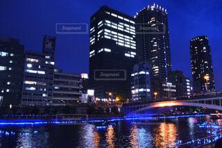 夜の空の都市と水の大きな体の写真・画像素材[1296253]