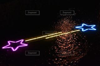 暗闇の中で紫色の光の写真・画像素材[1296291]