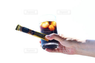 ビールのグラスを持っている手の写真・画像素材[1307183]