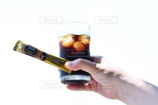 ビールのグラスを持っている手の写真・画像素材[1307195]