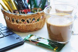 テーブルの上のコーヒー カップの写真・画像素材[1307224]