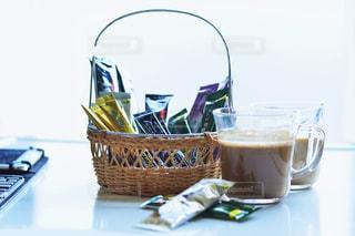 テーブルの上のコーヒー カップの写真・画像素材[1307256]