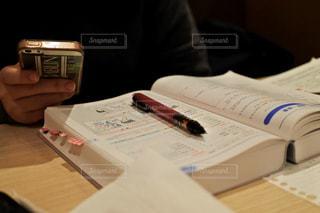 テーブルの上に座ってリモコンの写真・画像素材[1307405]