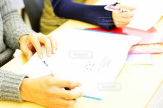 ラップトップを使用してテーブルに座っている人の写真・画像素材[1307419]