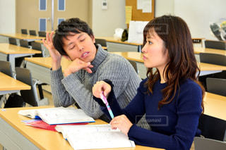 屋内,女の子,テーブル,テスト,オフィス,机,人物,人,学校,教室,資格,デスク,ポートレート,勉強,男の子,テキスト,会議室,勉強会,参考書,ドキュメント