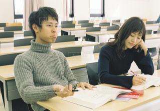 机に座っている人々 のグループの写真・画像素材[1307475]