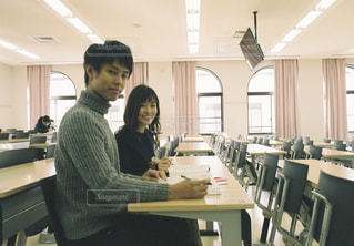 男と女がコンピューターの前に立っての写真・画像素材[1307493]